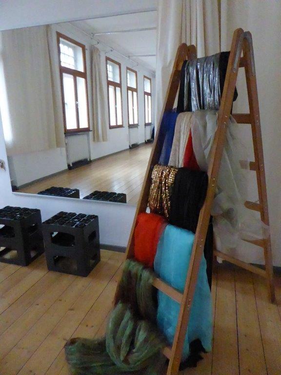 Requisiten: Tüchern mit Leiter